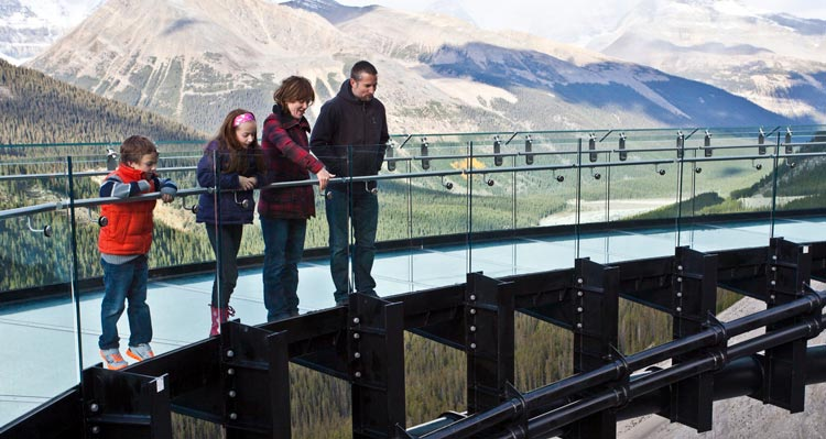A family overlooking from the Glacier Skywalk.